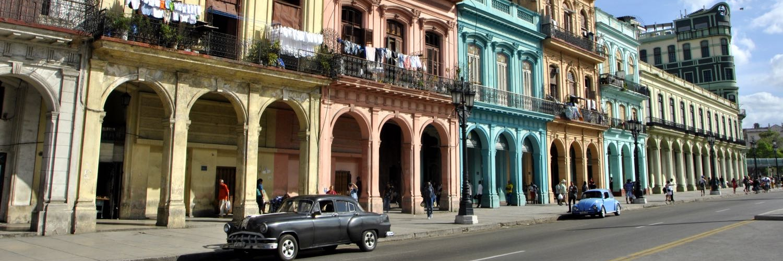 Bunte Häuserreihe Kuba